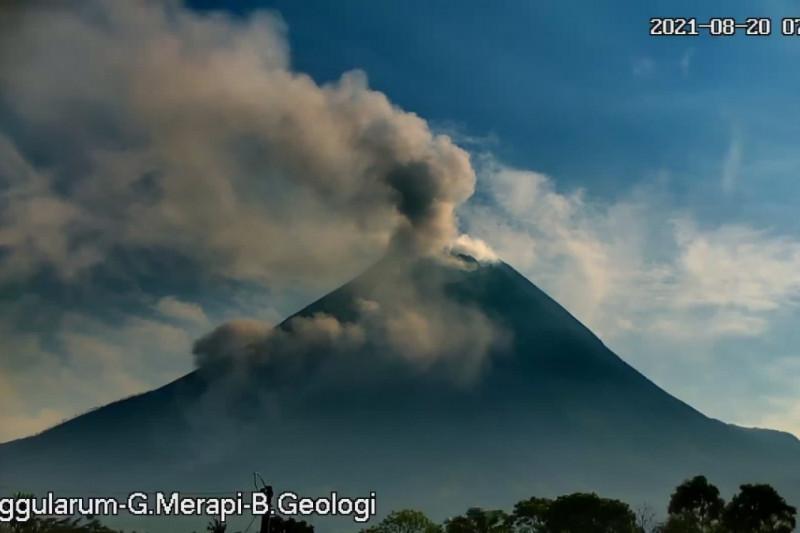 https: img.okezone.com content 2021 08 20 510 2458320 gunung-merapi-luncurkan-awan-panas-guguran-sejauh-dua-kilometer-92webUq3iy.jpg