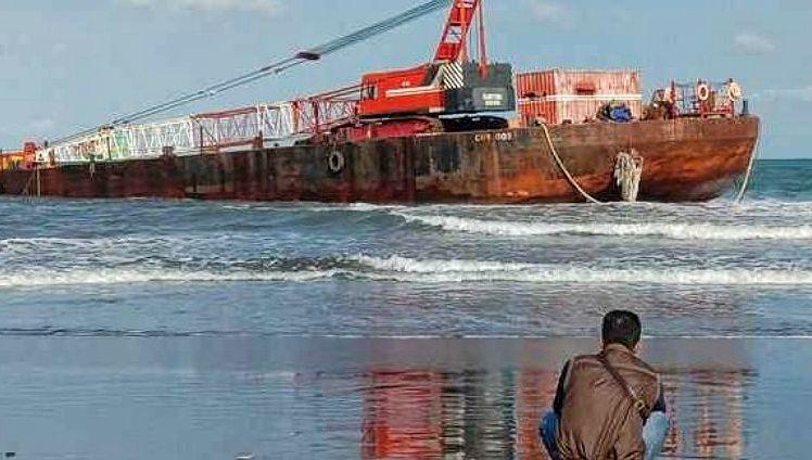 https: img.okezone.com content 2021 08 20 525 2458709 kapal-tongkang-kandas-di-pantai-pangandaran-dyqvKN9b0t.jpg