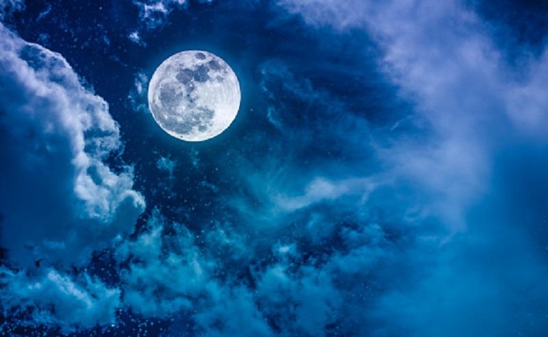 https: img.okezone.com content 2021 08 20 56 2458302 fenomena-blue-moon-benarkah-bulan-jadi-biru-yGY8OnCK5Z.jpg