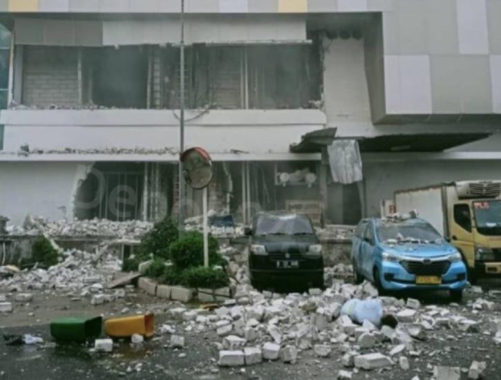 https: img.okezone.com content 2021 08 21 338 2458974 foto-penampakan-ledakan-di-mal-margo-city-pengunjung-panik-berlarian-43EoVVtm14.jpg