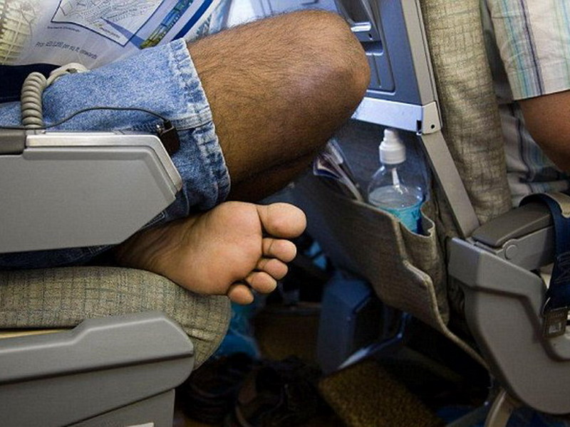 https: img.okezone.com content 2021 08 21 406 2459016 jangan-pakai-sandal-jepit-saat-naik-pesawat-eks-pramugari-ungkap-bahayanya-RqeLLywo4q.jpg