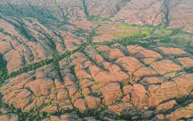 https: img.okezone.com content 2021 08 21 408 2458936 pesona-pegunungan-al-qahar-wisata-terindah-di-arab-saudi-hsIraIdA8W.jpg