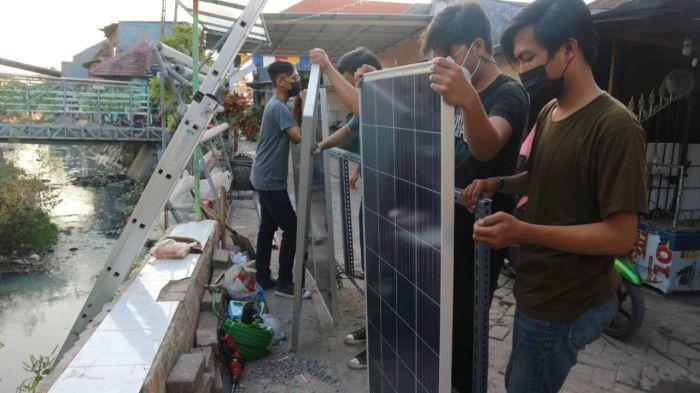 https: img.okezone.com content 2021 08 21 65 2458925 bantu-petani-hidroponik-mahasiswa-its-rancang-alat-berbasis-energi-surya-Eg3HOn18cj.jpg