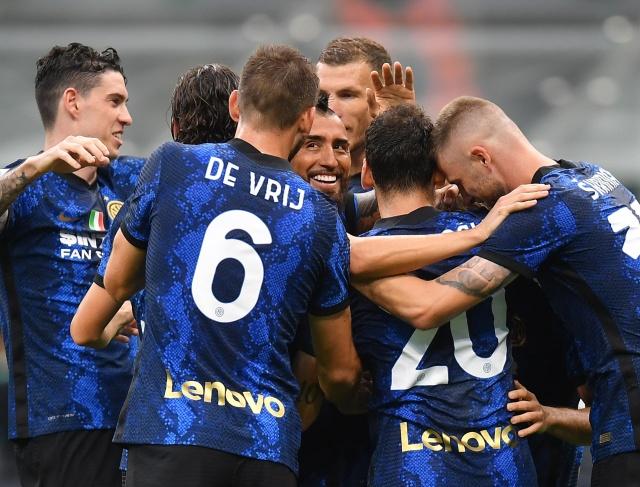 https: img.okezone.com content 2021 08 23 47 2459430 klasemen-liga-italia-2021-2022-di-pekan-perdana-inter-milan-memimpin-juventus-posisi-ke-8-EiIykIUnHT.jpg