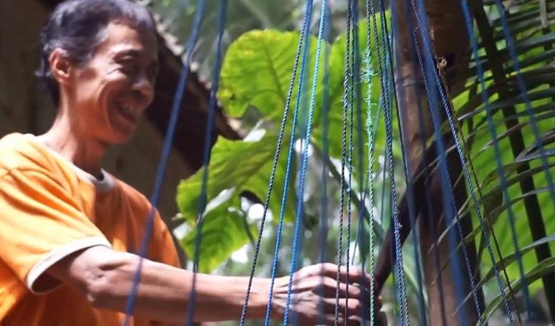 https: img.okezone.com content 2021 08 23 510 2459500 tak-mampu-melihat-parjan-tetap-panjat-pohon-kelapa-demi-pendidikan-anak-anaknya-iab9hVh7d0.jpg