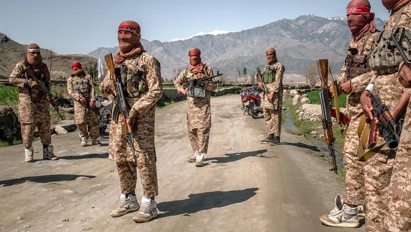 https: img.okezone.com content 2021 08 24 194 2460195 cerita-di-balik-sneakers-putih-pasukan-taliban-saat-berperang-7VMWeAN4tD.jpg
