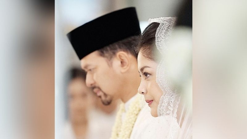 https: img.okezone.com content 2021 08 24 33 2460069 unggah-foto-perayaan-3-tahun-pernikahan-lulu-tobing-dan-bani-mulia-rujuk-BDQhFSRgDZ.jpg