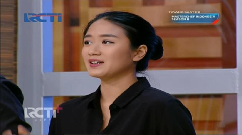 https: img.okezone.com content 2021 08 25 194 2461122 5-gaya-renatta-moeloek-di-galeri-masterchef-indonesia-simpel-dan-elegan-dUfZNGK5gj.jpg