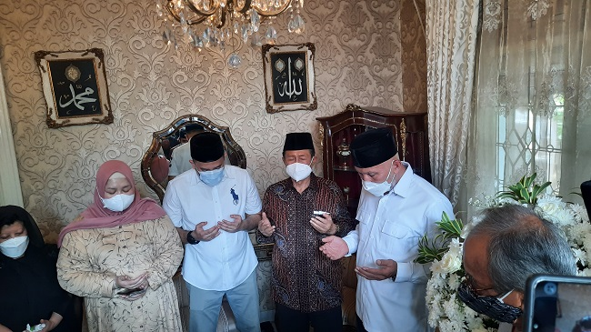 https: img.okezone.com content 2021 08 25 33 2460845 elly-kasim-meninggal-dunia-gubernur-sumatera-barat-melayat-ke-rumah-va1m8VE0gx.jpg