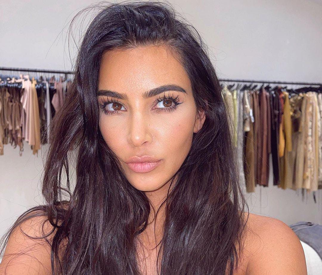 https: img.okezone.com content 2021 08 25 33 2461077 kim-kardashian-pamer-foto-hampir-terlanjang-eksotis-banget-8dR6F2jDZy.jpeg