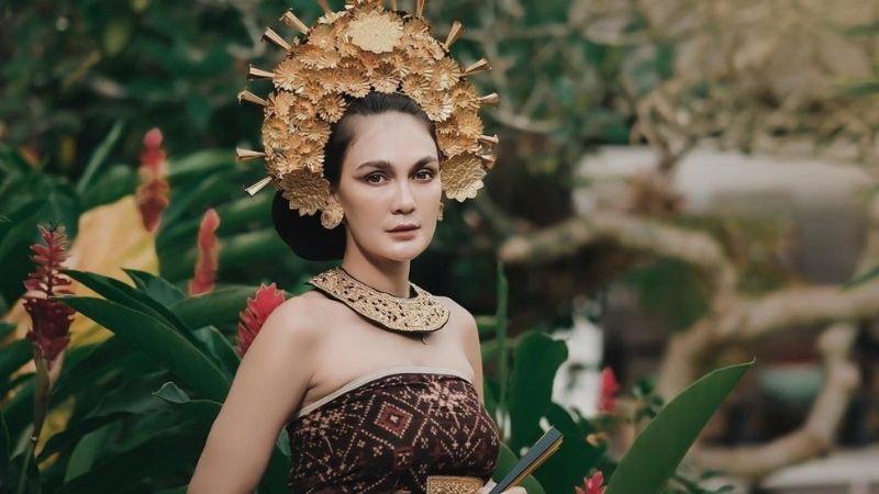 https: img.okezone.com content 2021 08 26 194 2461604 5-potret-luna-maya-makin-memesona-di-ulang-tahun-ke-38-queen-of-the-moon-xkEol7LSH8.jpg