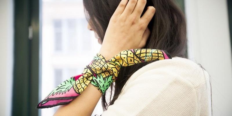 https: img.okezone.com content 2021 08 26 194 2461660 6-tampilan-keren-dengan-silk-scarf-dari-kepala-hingga-celana-aEFfi8KJvL.jpg