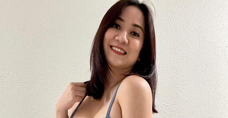 https: img.okezone.com content 2021 08 26 194 2461713 tante-ernie-selfie-di-kamar-mandi-pamer-body-goals-netizen-gitar-spanyol-aja-kalah-NUr4Q72yAD.jpg
