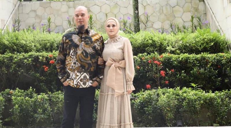 https: img.okezone.com content 2021 08 26 33 2461473 ahmad-dhani-bandingkan-mulan-jameela-dan-mantan-istri-kalau-maia-laki-banget-RlIP59cDle.jpg