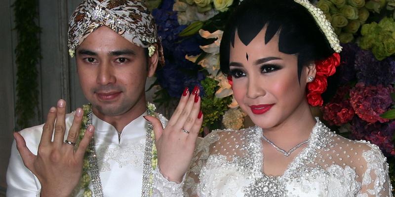 https: img.okezone.com content 2021 08 26 33 2461659 10-pernikahan-mahal-artis-indonesia-ada-yang-pesta-7-hari-7-malam-lX3dvXVhcI.jpg