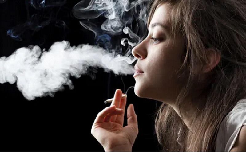 https: img.okezone.com content 2021 08 26 481 2461610 seram-perokok-50-kali-lipat-berisiko-kanker-paru-6jPmBELzcL.jpg