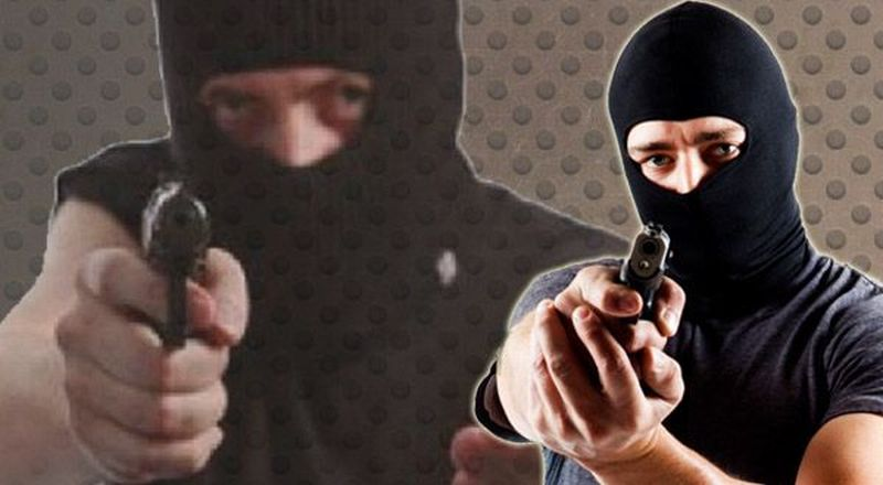 https: img.okezone.com content 2021 08 26 608 2461617 kenakan-topi-dan-masker-rampok-bersenjata-di-medan-berjumlah-4-orang-oGULhApNVF.jpg