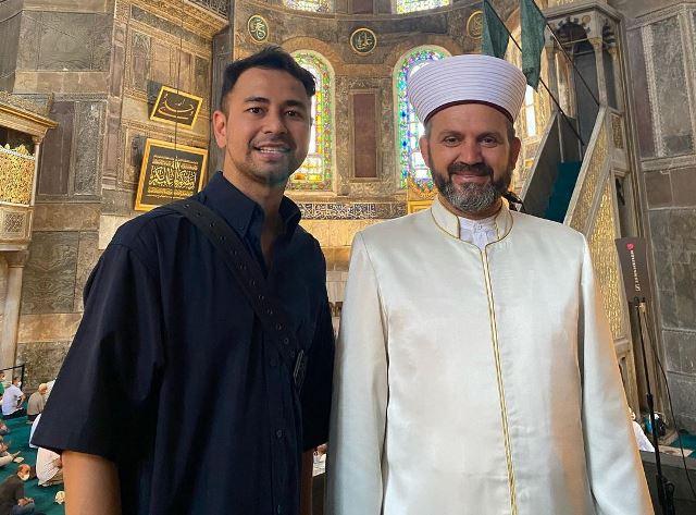 https: img.okezone.com content 2021 08 26 614 2461646 masya-allah-raffi-ahmad-bertemu-dan-berdoa-bareng-imam-besar-turki-di-hagia-sophia-2m02R1XpXB.jpg