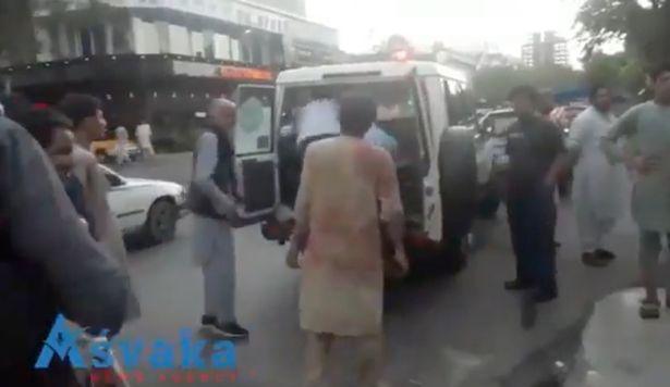 https: img.okezone.com content 2021 08 27 18 2461960 ketakutan-guru-ini-bersedia-bayar-perdagangan-manusia-untuk-keluar-dari-afghanistan-usai-serangan-bom-L4tNC0r18T.jpg