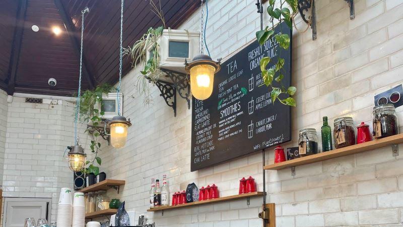 https: img.okezone.com content 2021 08 27 301 2462145 wc-umum-di-tengah-kota-disulap-jadi-kafe-modern-begini-penampakannya-gzH0Z8hKKN.jpg