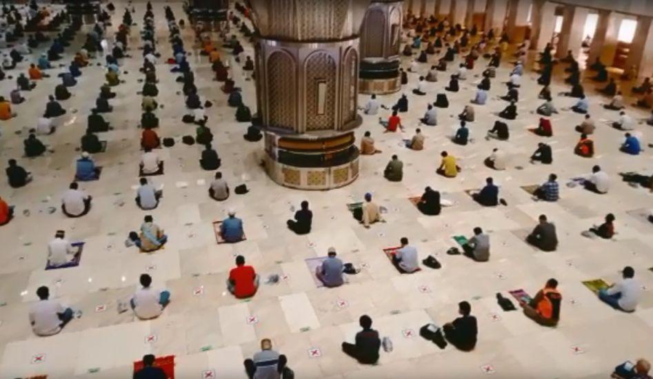 https: img.okezone.com content 2021 08 27 338 2462042 begini-suasana-dan-foto-sholat-jumat-di-masjid-istiqlal-Wqss4HToxz.jpg