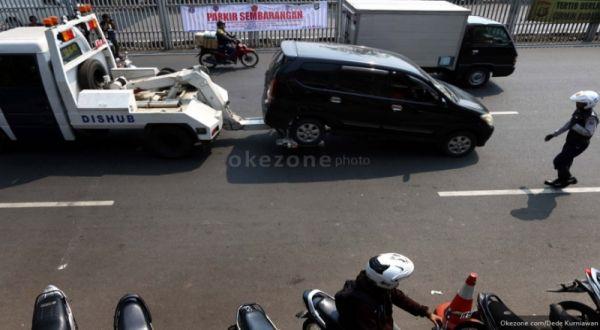 https: img.okezone.com content 2021 08 27 338 2462161 pengemudi-taksi-online-menangis-lihat-mobilnya-diderek-petugas-KFhocEp16G.jpg