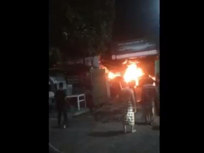 https: img.okezone.com content 2021 08 27 519 2461829 bengkel-mobil-terbakar-3-sedan-mewah-ludes-dilalap-api-di-surabaya-b9dn6m88XD.jpg