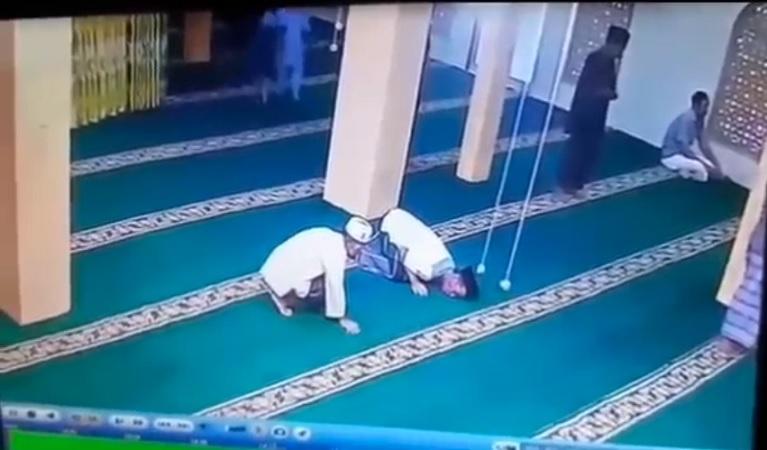 https: img.okezone.com content 2021 08 27 608 2462341 pria-meninggal-dalam-kondisi-sujud-saat-sholat-di-masjid-luf5oFkFem.jpg