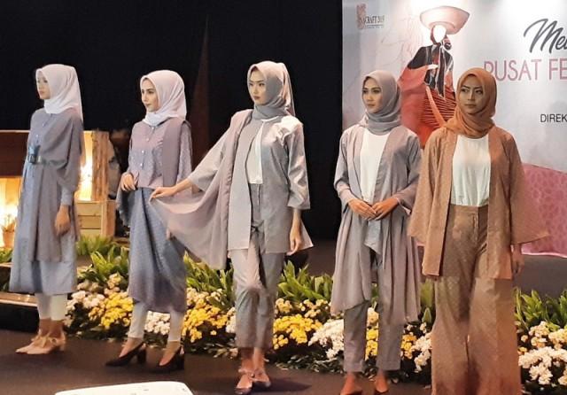 https: img.okezone.com content 2021 08 27 620 2461939 pemerintah-dorong-industri-fesyen-muslim-indonesia-berjaya-hingga-luar-negeri-VjGYuNb2Xs.jpg