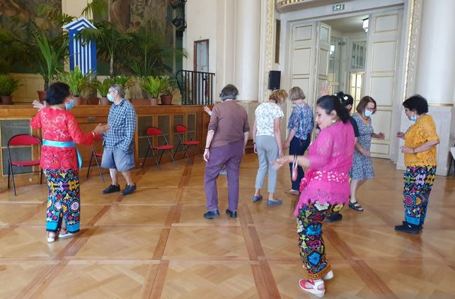https: img.okezone.com content 2021 08 28 301 2462662 indonesia-keren-jamu-hingga-onde-onde-warnai-festival-des-seniors-di-paris-vQxuHGemoY.JPG