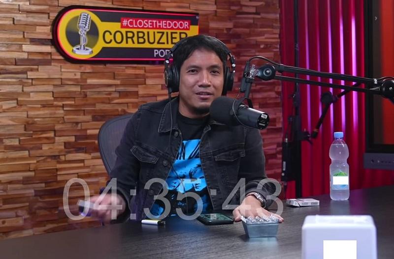 https: img.okezone.com content 2021 08 28 33 2462604 selalu-menolak-ini-alasan-desta-mau-tampil-di-podcast-deddy-corbuzier-Qx3TYqhIQd.jpg