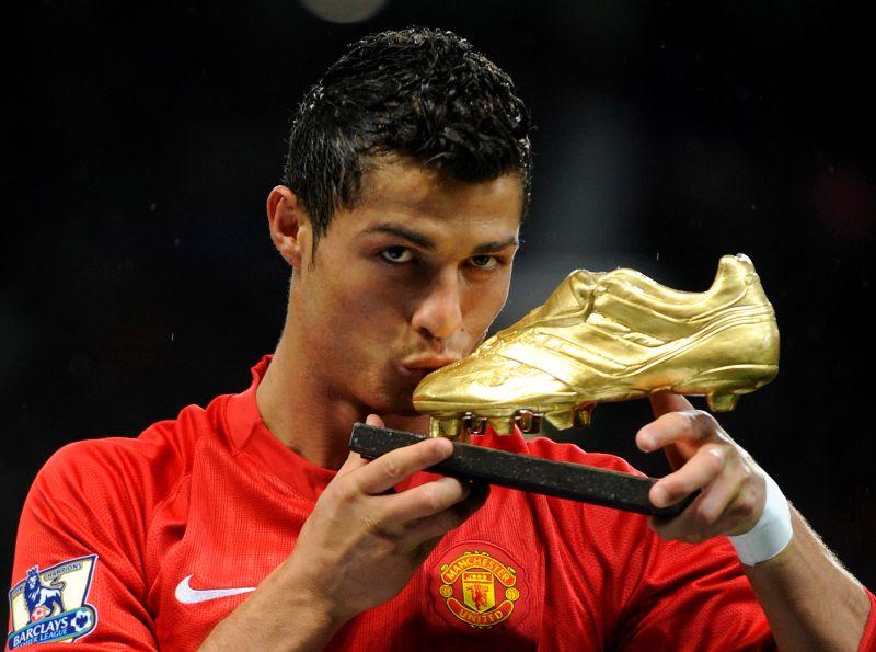 https: img.okezone.com content 2021 08 28 45 2462416 resmi-gabung-manchester-united-cristiano-ronaldo-jadi-pemain-dengan-gaji-tertinggi-di-liga-inggris-nqH2jmycnS.jpg