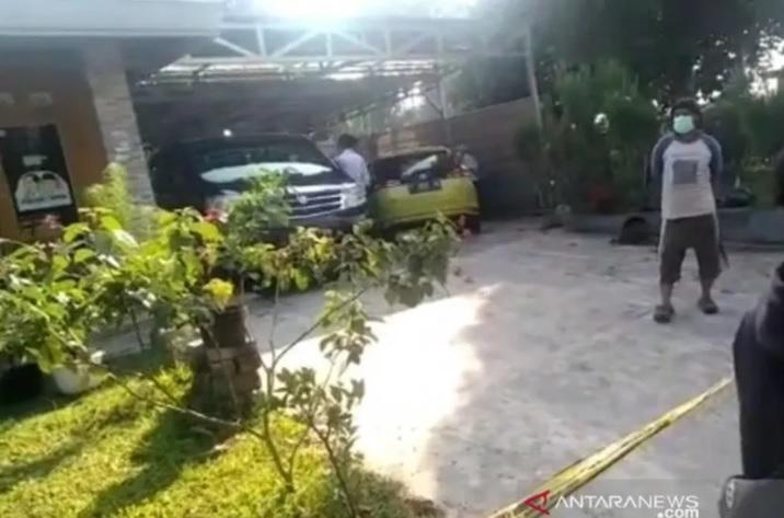 https: img.okezone.com content 2021 08 29 525 2462758 istri-dan-anaknya-ditemukan-tewas-suami-jadikan-caddy-golf-sebagai-saksi-AByP6QbsXS.jpg