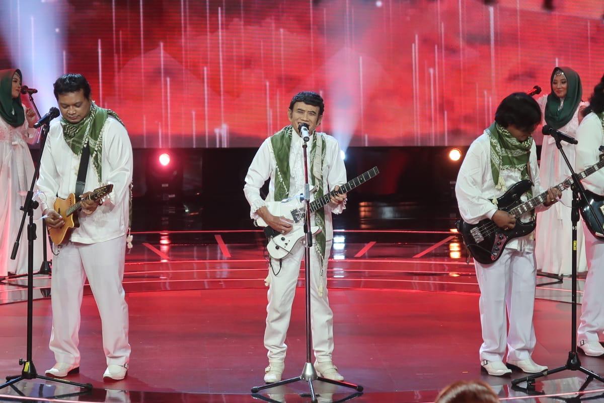https: img.okezone.com content 2021 08 29 598 2462959 empat-act-satu-panggung-bersama-raja-dangdut-rhoma-irama-di-grand-final-rsid-Rr6MwmMrmU.jpg