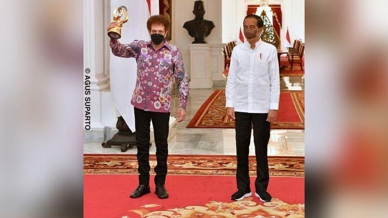 https: img.okezone.com content 2021 08 30 205 2463123 presiden-jokowi-god-bless-adalah-bagian-penting-perjalanan-sejarah-musik-tanah-air-IzxK3Er30d.jpg