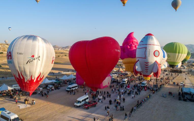 https: img.okezone.com content 2021 08 30 406 2463175 lusinan-balon-udara-hiasi-langit-turki-wisatawan-dibuat-terpesona-kxMBgteDyb.JPG