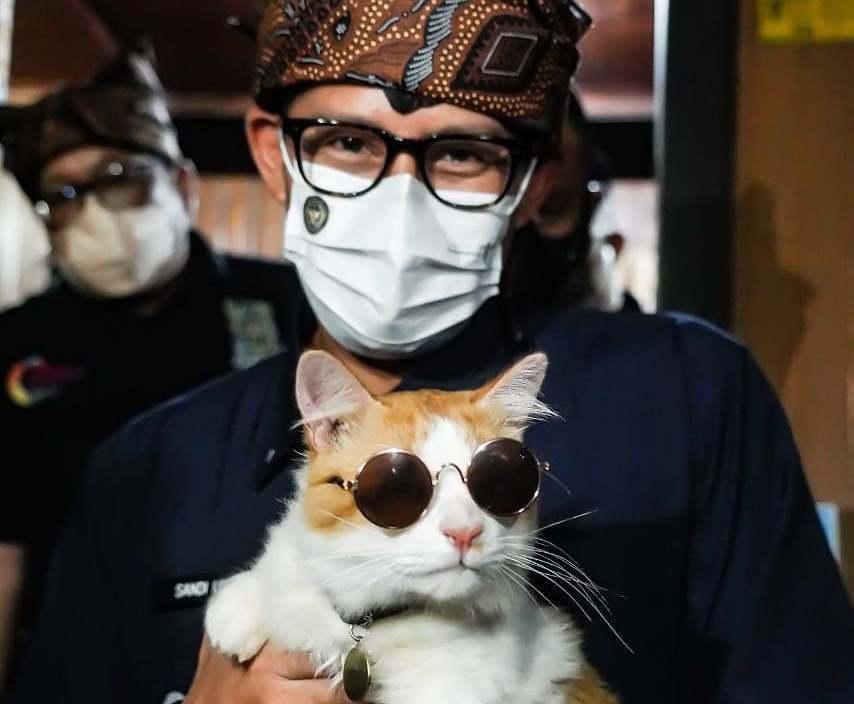 https: img.okezone.com content 2021 08 30 406 2463507 ketika-sandiaga-temui-mboy-kucing-disabilitas-di-tanah-datar-EwUksUxzhL.jpg