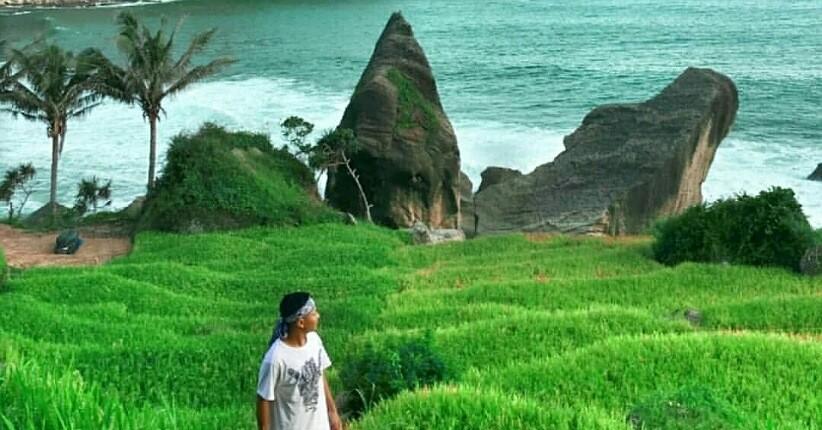 https: img.okezone.com content 2021 08 30 408 2463514 indahnya-pantai-pangasan-wisata-eksotis-di-pacitan-yang-sempat-viral-M8pujDIHF5.jpg