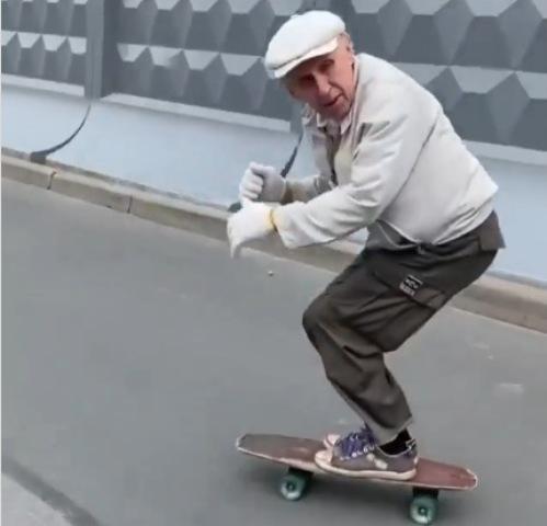 https: img.okezone.com content 2021 08 30 612 2463110 viral-kakek-73-tahun-lincah-meliuk-liuk-main-skateboard-layaknya-anak-muda-VKEsrNC9l8.jpg