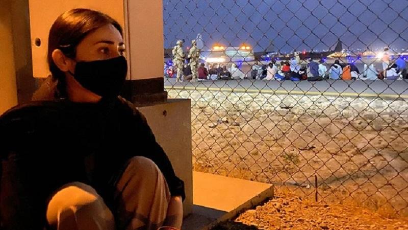https: img.okezone.com content 2021 08 30 612 2463203 viral-detik-detik-fotografer-cantik-kabur-dari-afghanistan-selamat-tinggal-ibu-pertiwi-4noOnNsOyU.jpg