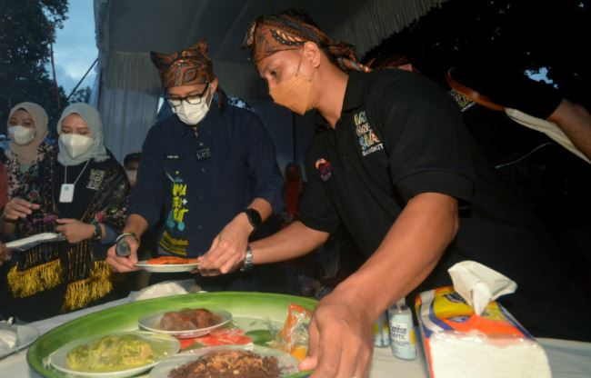 https: img.okezone.com content 2021 08 31 301 2463686 ikut-lomba-di-prancis-sandiaga-uno-minta-chef-indonesia-jadi-duta-kuliner-nusantara-svwWx9XPRc.JPG