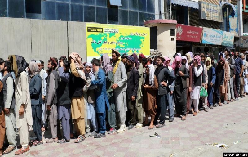 https: img.okezone.com content 2021 08 31 320 2463810 warga-afghanistan-antre-tarik-uang-di-bank-ini-penampakannya-qoukr9aQKS.jpg