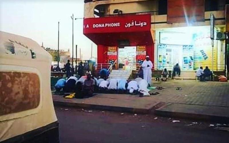 https: img.okezone.com content 2021 08 31 330 2463850 tak-mau-tertinggal-sholat-fardhu-tepat-waktu-muslim-di-sudan-sampai-gelar-karpet-di-tepi-jalan-MFnUgqfHUr.jpg