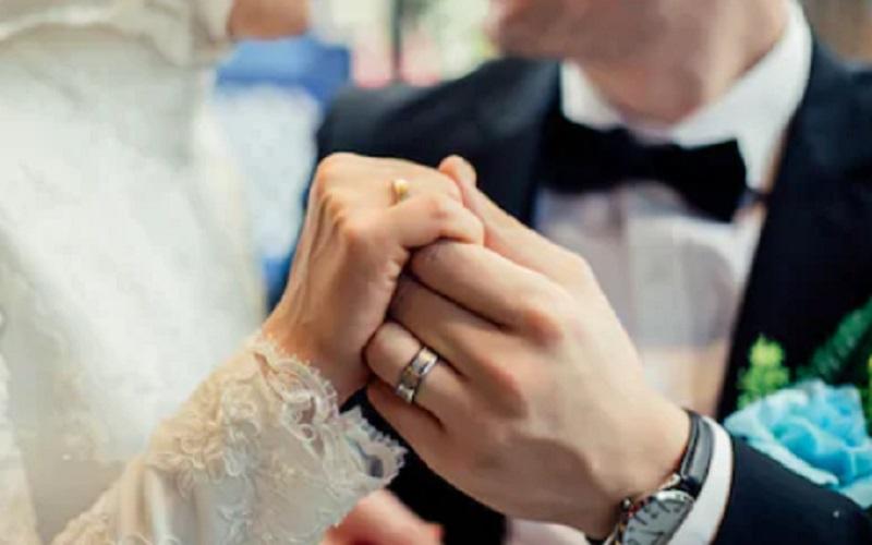 https: img.okezone.com content 2021 08 31 406 2464046 unik-3-hari-mendaki-pasangan-ini-menikah-di-puncak-gunung-setinggi-6-439-mdpl-2tOcYrVRhJ.jpg