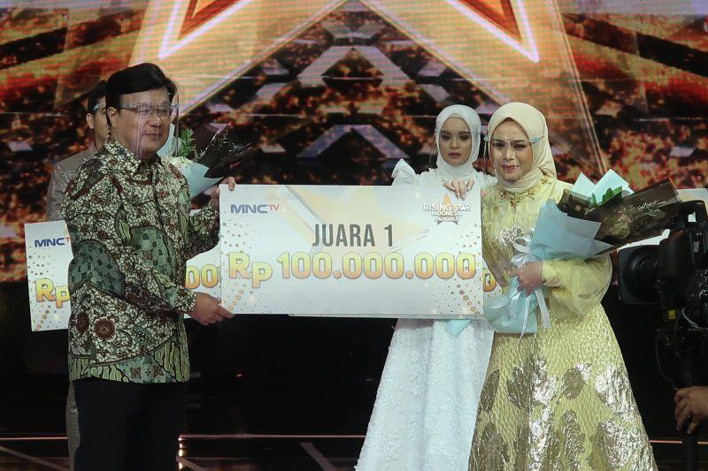 https: img.okezone.com content 2021 08 31 598 2463856 lagu-cinta-berpayung-bulan-berhasil-membawa-rezki-menjadi-sang-juara-pertama-rising-star-indonesia-dangdut-lVLQVVhnLh.jpg