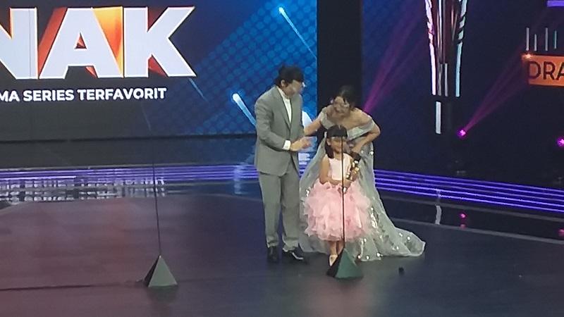 https: img.okezone.com content 2021 08 31 598 2464081 fara-shakila-raih-penghargaan-pemeran-anak-terfavorit-di-indonesian-drama-series-awards-2021-HLWzrNnFwJ.jpg