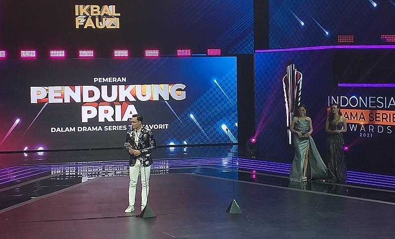 https: img.okezone.com content 2021 08 31 598 2464103 ikbal-fauzi-menang-pendukung-pria-terfavorit-di-indonesian-drama-series-awards-2021-pdxmxEozqr.jpg