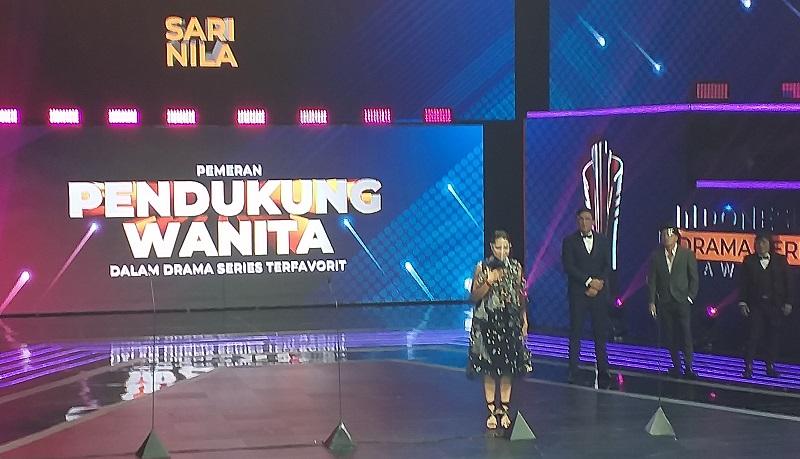 https: img.okezone.com content 2021 08 31 598 2464114 sari-nila-menang-pendukung-wanita-terfavorit-di-indonesian-drama-series-awards-2021-JlRNWt1ylJ.jpg