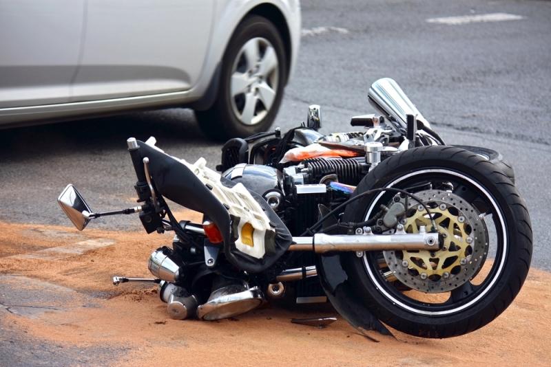 https: img.okezone.com content 2021 08 31 87 2463937 jatuh-dari-motor-hingga-terluka-ini-5-cara-pertolongan-pertama-saat-kecelakaan-eL3NO79YQC.jpg