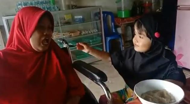 https: img.okezone.com content 2021 09 01 337 2464332 kisah-haru-bocah-3-tahun-yang-rawat-ibunya-seorang-diri-karena-lumpuh-x6hnsbrMmY.jpg